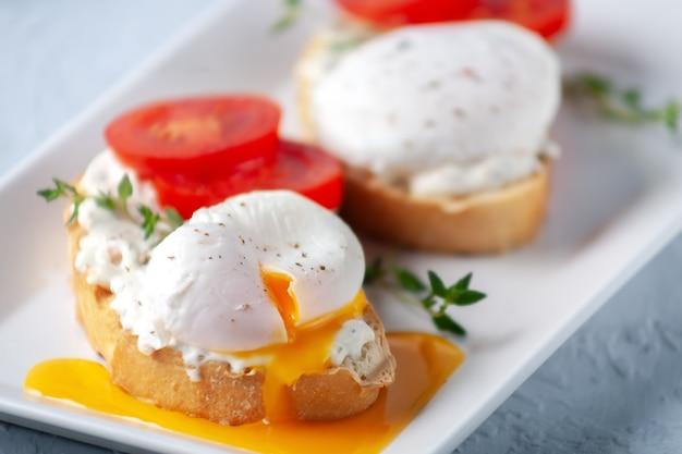 Een gesneden gepocheerd ei met kaaspasta en kruiden lekker ontbijt gezond eten