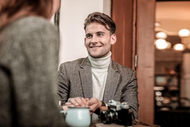 Een gesprek voeren. de glimlachende man praat met de vrouw in het café