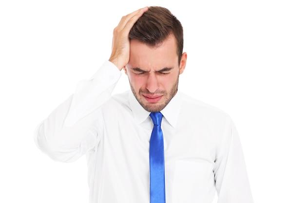 Een gestresste zakenman met hoofdpijn op een witte achtergrond