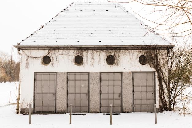 Een gevelgebouw met deuren en ramen