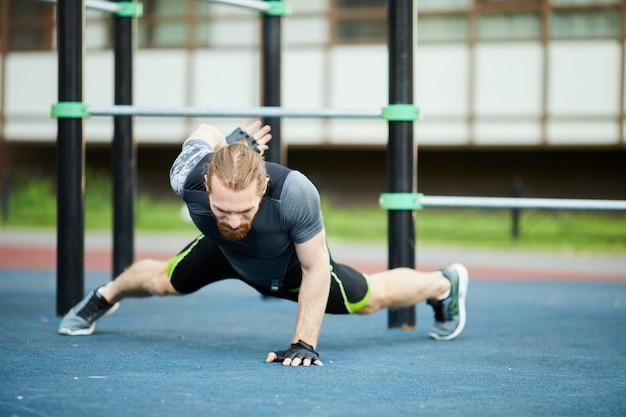 Een gewapende push-up doen