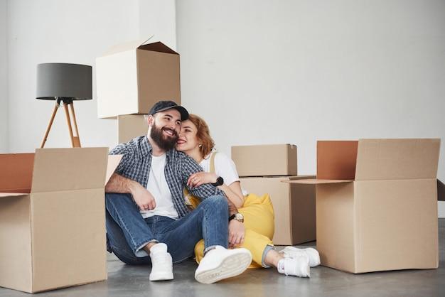 Een geweldige dag voor hen. gelukkig paar samen in hun nieuwe huis. conceptie van verhuizen