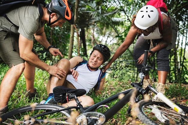 Een gewonde fietser in het bos