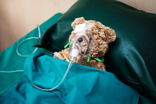 Een gewonde teddybeer in het ziekenhuis