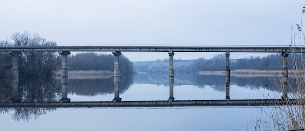Een gewone betonnen brug over een rivier