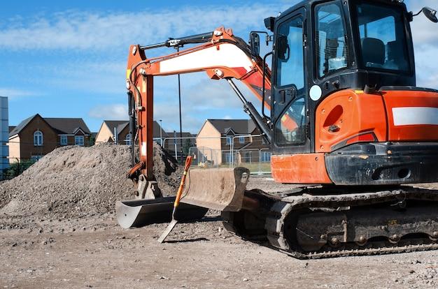Een gewone nieuwe behuizing en bouwvakkers zijn bezig met het afronden van het werk