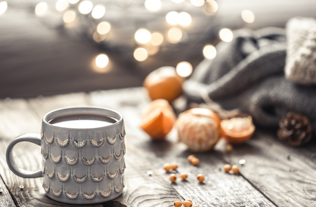 Een gezellig kersttheekop stilleven