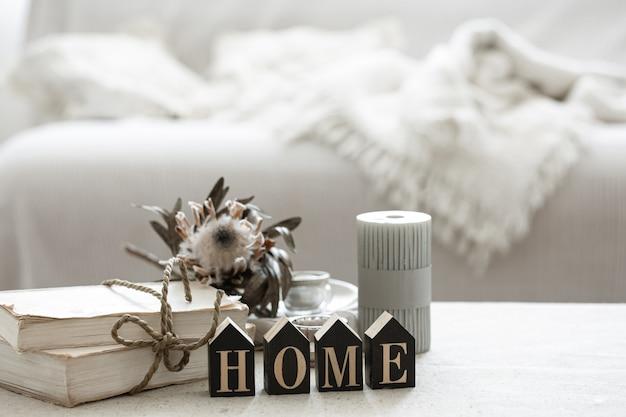 Een gezellige compositie met details van het interieur en het decoratieve woord home.