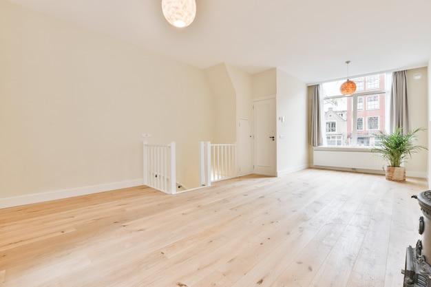 Een gezellige en ruime lege ruimte in een luxe woning