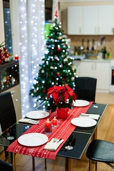 Een gezellige kamer met tafelschikking voor het nieuwe jaar