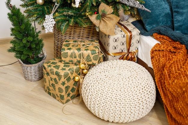 Een gezellige kamer versierd met slingers en kerstbomen. wit kussenbed is stijlvol en modern. goede nieuwjaarsgeest. lichte kleuren achtergrond textuur plaats voor tekst. slaapkamerdecoratie voor de vakantie