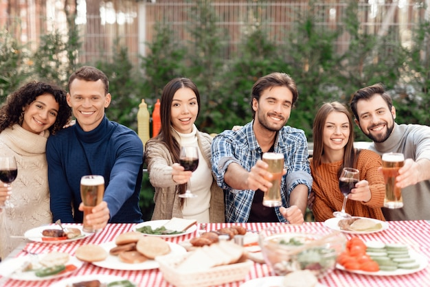 Een gezelschap van jonge mensen kwam samen voor een barbecue.