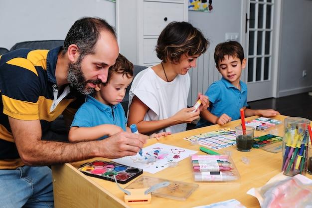 Een gezin dat schildert en speelt met hun kinderen