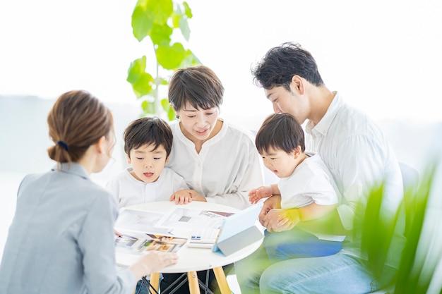 Een gezin krijgt uitleg over het interieur van een vrouw in pak