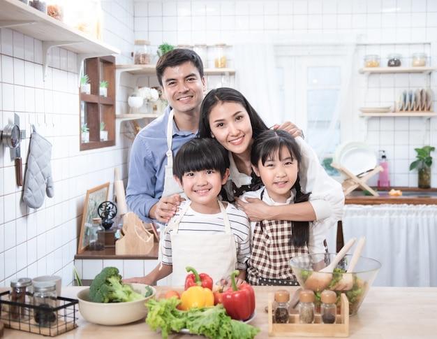 Een gezin samen koken in de keuken