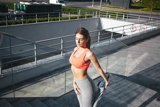 Een gezond vrouwtje doet buiten aan lichaamsbeweging