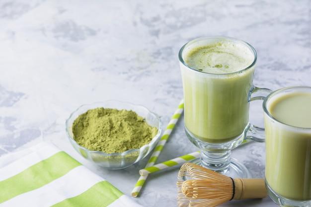 Een gezonde drank latte groene thee matcha. kookgerei, lepel, garde.