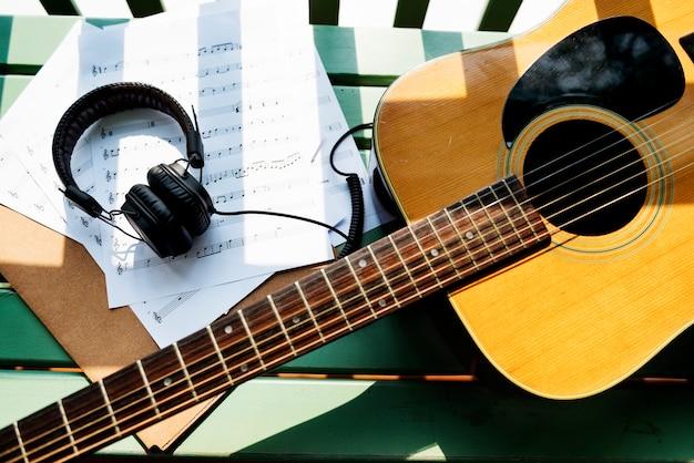 Een gitaar en oortelefoons