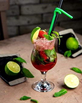 Een glas aardbeien mojito met munt limoen en aardbeien