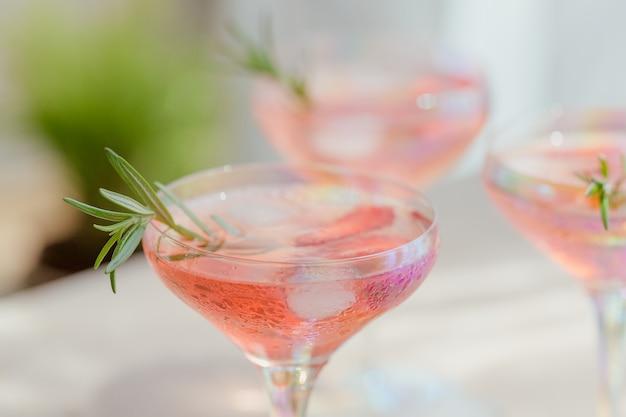 Een glas aardbeiencocktail of mocktail, verfrissend zomerdrankje met gemalen ijs en bruisend water op een lichte ondergrond