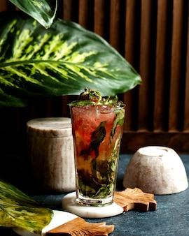 Een glas aardbeienwater met muntbladeren