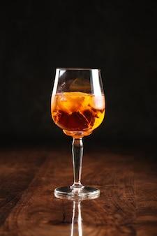 Een glas alcoholische cocktail met reflectie