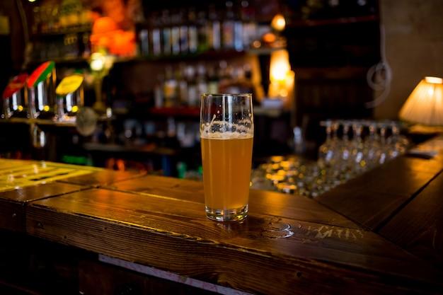 Een glas bier aan de bar, boedapest, hongarije