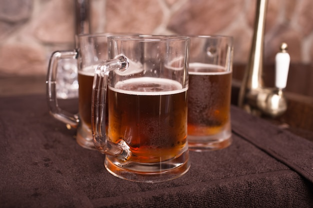 Een glas bier op een tafel. foto van hoge kwaliteit
