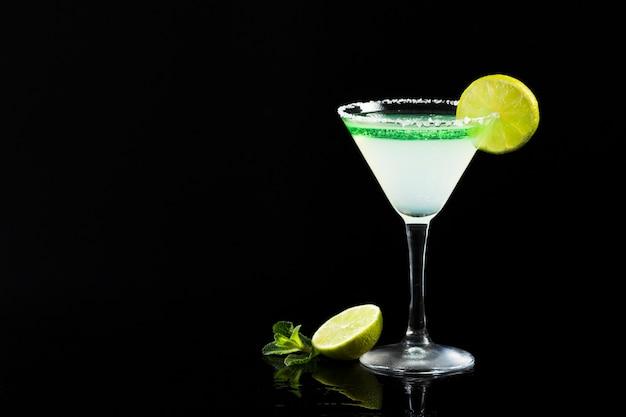 Een glas cocktail met limoen en kopie ruimte