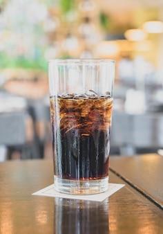 Een glas cola in een restaurant