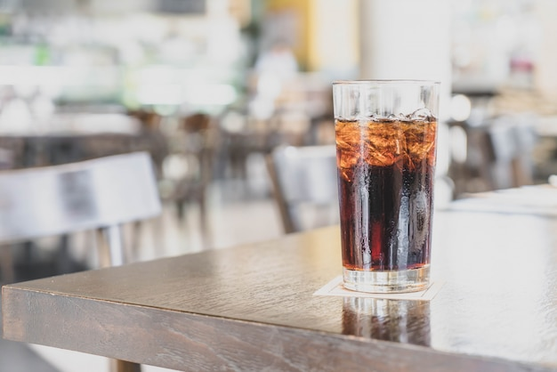 Een glas cola in een restaurant
