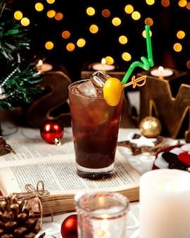Een glas cola met veel ijs en citroen