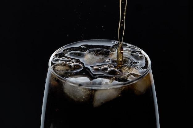 Een glas coladrank met een zout.