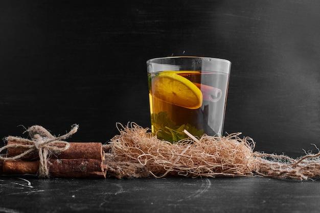Een glas glintwine met citroen en kaneel.