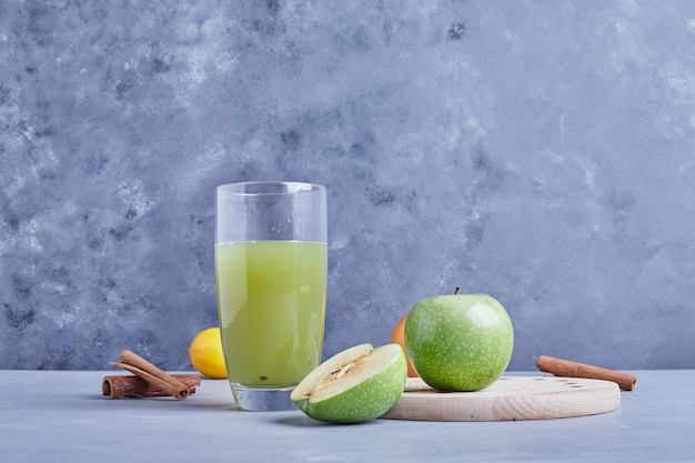 Een glas groen appelsap.