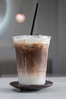 Een glas ijskoffie latte met kunst