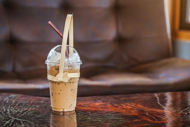 Een glas ijskoffie met een bamboe draagtas draagt een veilige wereld, plastic bag free day.