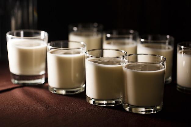 Een glas karnemelk op het bruine tafelkleed.buffettafel