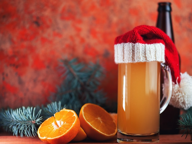 Een glas kerstbier met sinaasappels