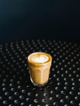 Een glas koffie op een tafel