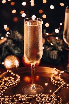 Een glas koude champagne in kerstsfeer