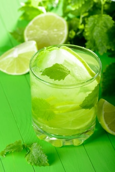Een glas limonade met limoen en munt