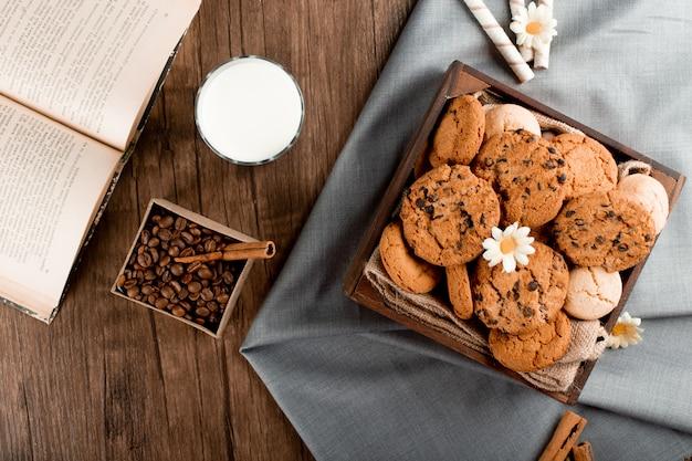 Een glas melk met koekjes