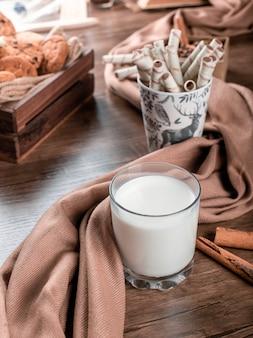 Een glas melk met wafel sticks