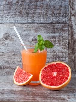 Een glas rijpe grapefruit met sap