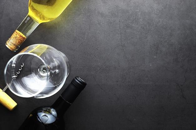 Een glas rode droge wijn op tafel. donkere fles en glas wijn.