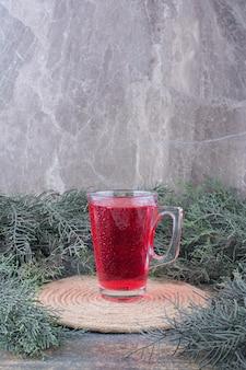 Een glas rood sap op marmer
