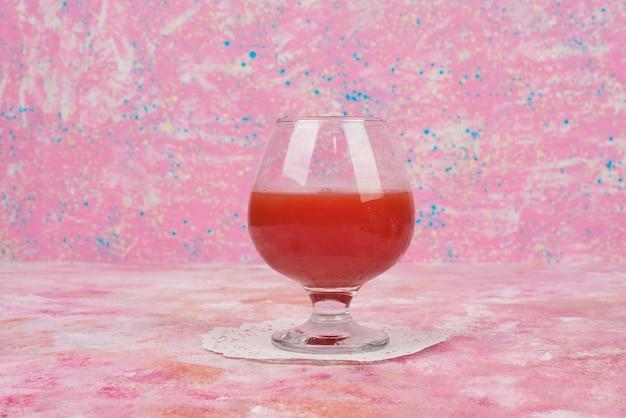 Een glas rood tomatensap.