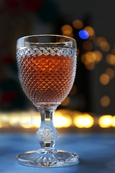 Een glas roze wijn op wazig verlicht