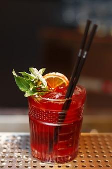 Een glas sangria op de bar.